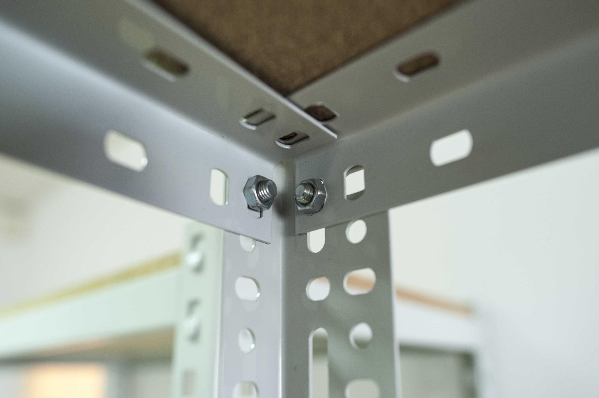 Regał magazynowy skręcany Typu RPC zbliżenie na półkę i łączenia przy pomocy śrub